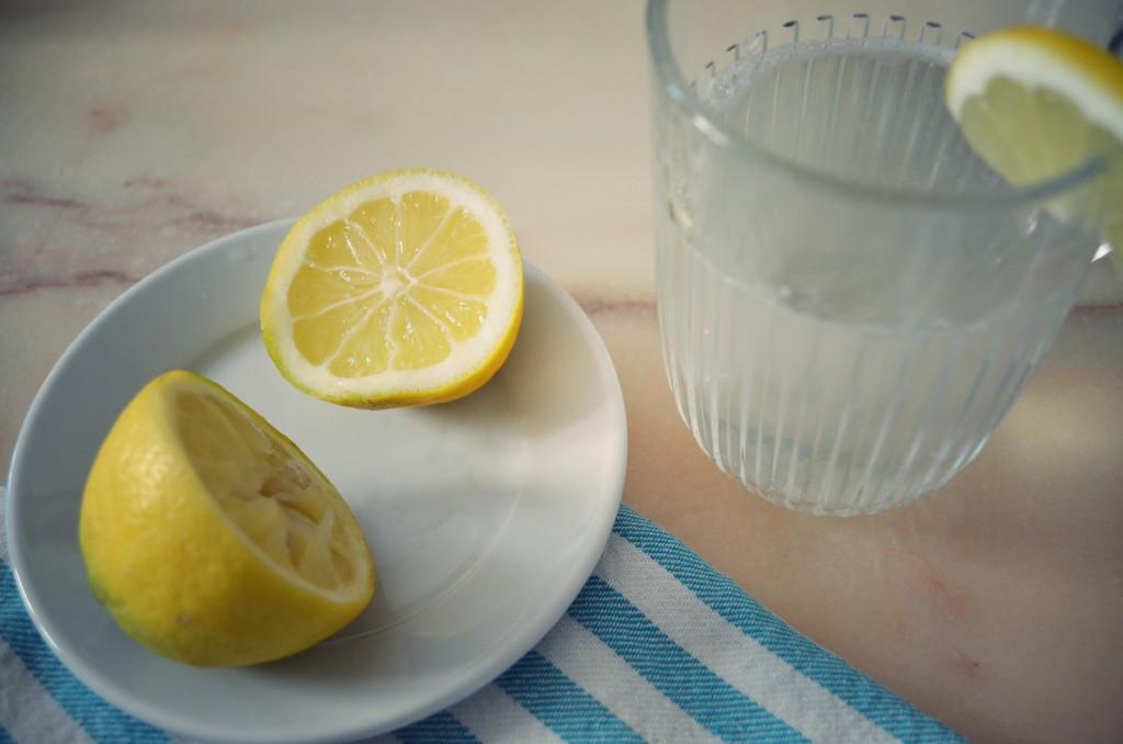 10 Bonnes raisons de boire de l'eau chaude citronnée au réveil